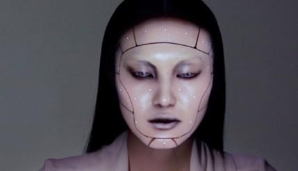 Projeção mapeada transforma rosto de modelo em tempo real
